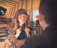 Pares cariñosos en el restaurante Imagen de archivo libre de regalías