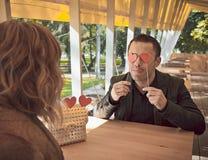 Pares cariñosos en el restaurante Fotografía de archivo libre de regalías