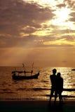 Pares cariñosos en la playa Fotografía de archivo libre de regalías