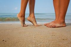 Pares cariñosos en la playa Imagen de archivo