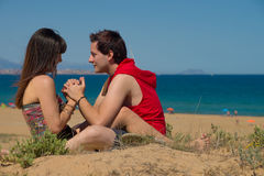 Pares cariñosos en la playa Imagen de archivo libre de regalías