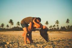 Pares cariñosos en la playa que se divierte Imagenes de archivo