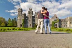 Pares cariñosos en los jardines del castillo Fotografía de archivo libre de regalías