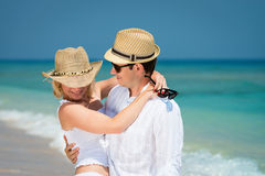 Pares cariñosos en luna de miel en centro turístico tropical Imagen de archivo libre de regalías