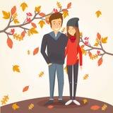 Pares cariñosos en otoño en medio de las hojas que caen Imagenes de archivo