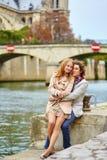 Pares cariñosos en París cerca de la catedral de Notre-Dame Fotos de archivo libres de regalías
