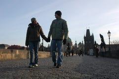 Pares cariñosos en Praga fotografía de archivo libre de regalías