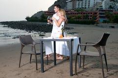 Pares cariñosos en una cena romántica en la playa Fotos de archivo