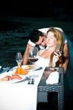 Pares cariñosos en una cena romántica en la playa Foto de archivo libre de regalías