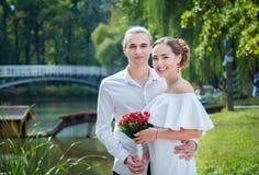 Pares cariñosos felices de la boda Fotografía de archivo libre de regalías
