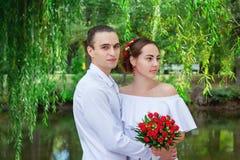 Pares cariñosos felices de la boda Fotos de archivo