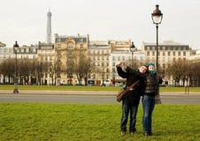 Pares cariñosos felices en París Imágenes de archivo libres de regalías