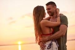 Pares cariñosos felices que abrazan en el mar Fotografía de archivo libre de regalías
