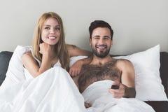 Pares cariñosos felices que entretienen en dormitorio Fotos de archivo libres de regalías