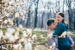 Pares cariñosos felices que pasan gran tiempo en parque Foto de archivo libre de regalías
