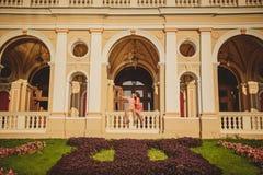 Pares cariñosos felices que se sientan afuera en el balcón de Odessa Opera House El hombre está señalando con su finger en algo Imágenes de archivo libres de regalías