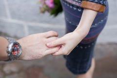 Pares cariñosos jovenes al aire libre, llevando a cabo las manos Luz natural, ‹selectivo del focuÑ Foto de archivo