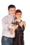 Pares cariñosos jovenes con los vidrios de vino rojo en manos Imagen de archivo