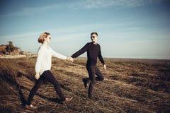 Pares cariñosos jovenes de adolescentes, caminando llevando a cabo las manos en el l Foto de archivo