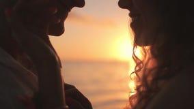 Pares cariñosos jovenes en la costa en el amanecer almacen de metraje de vídeo