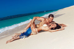 Pares cariñosos jovenes en la playa tropical Fotos de archivo