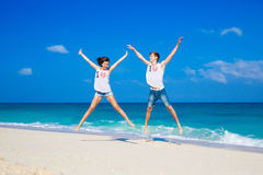 Pares cariñosos jovenes en la playa tropical Fotografía de archivo libre de regalías
