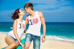 Pares cariñosos jovenes en la playa tropical Imagenes de archivo