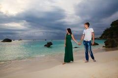 Pares cariñosos jovenes en la playa tropical Fotos de archivo libres de regalías