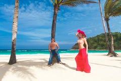 Pares cariñosos jovenes en la playa tropical Fotografía de archivo