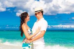 Pares cariñosos jovenes que se divierten en la playa tropical Imagen de archivo