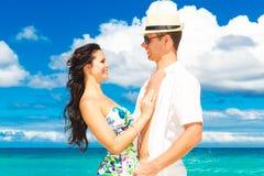 Pares cariñosos jovenes que se divierten en la playa tropical Foto de archivo
