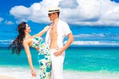 Pares cariñosos jovenes que se divierten en la playa tropical Fotografía de archivo