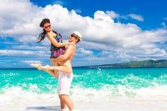 Pares cariñosos jovenes que se divierten en la playa tropical Imágenes de archivo libres de regalías