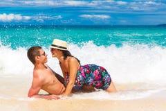 Pares cariñosos jovenes que se divierten en la playa tropical Foto de archivo libre de regalías