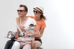 Pares cariñosos lindos él que viaja en moto Imagen de archivo libre de regalías