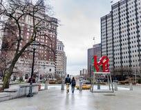 Pares cariñosos - parque del amor - Philadelphia, PA fotos de archivo