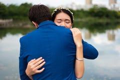 Pares cariñosos que abrazan en el parque fotos de archivo