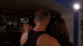 Pares cariñosos que bailan la danza latina caliente, slowmo almacen de video