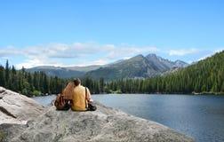 Pares cariñosos que disfrutan de vacaciones en montañas Foto de archivo libre de regalías