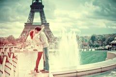 Pares cariñosos que se besan cerca de la torre Eiffel en París fotos de archivo libres de regalías