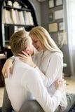 Pares cariñosos que se besan en el cuarto Fotos de archivo