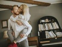 Pares cariñosos que se besan en el cuarto Imagen de archivo libre de regalías