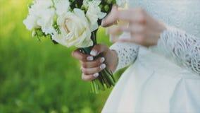 Pares cariñosos que sostienen un ramo de la boda en manos almacen de video