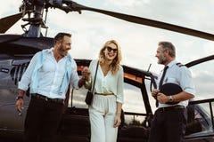 Pares cariñosos que viajan en su helicóptero fotografía de archivo