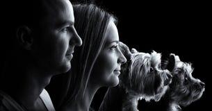 Pares cariñosos y dos perros del terrier de Yorkshire - negro y blanco Imágenes de archivo libres de regalías