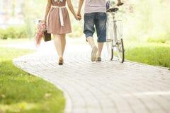 Pares cariñosos con la bicicleta Imágenes de archivo libres de regalías