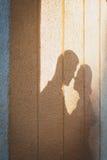 Pares cariñosos de la sombra a la hora del beso Amor y romance del concepto Foto de archivo