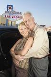Pares cariñosos en la muestra de Front Of Welcome To Las Vegas Foto de archivo