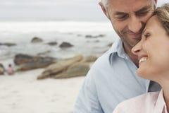 Pares cariñosos felices en la playa Fotografía de archivo libre de regalías