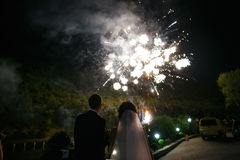 Pares cariñosos que miran los fuegos artificiales Foto de archivo